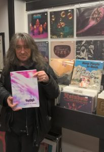 Première rencontre dédicace chez ce bon disquaire Jetrecords Pau ! Vous pouvez y retrouver quelques exemplaires du livre, ainsi que de superbes vinyles de Deep Purple dont vous pouvez déjà ici en voir certains mis en valeur sur le mur, et aussi sur Rainbow et Whitesnake et tant d'autres merveilles auditives et visuelles ! Fort de quelques années d'expériences et de passions musicales, l'affable Pascal se fera un plaisir de vous accueillir, vous conseiller et échanger avec vous !